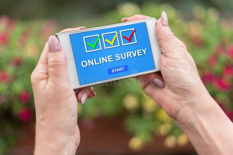 Concepto en línea de la encuesta en un smartphone fotos de archivo
