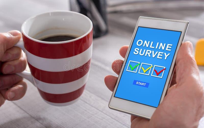 Concepto en línea de la encuesta en un smartphone fotos de archivo libres de regalías