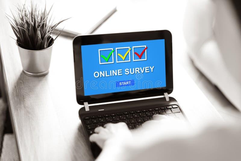 Concepto en línea de la encuesta en una pantalla del ordenador portátil imagen de archivo libre de regalías