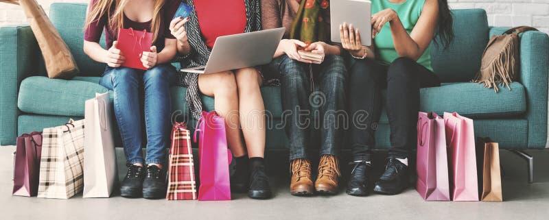 Concepto en línea de la felicidad de la feminidad de las mujeres que hace compras foto de archivo libre de regalías