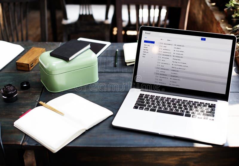 Concepto en línea de la mensajería del correo electrónico de la correspondencia de la comunicación fotografía de archivo libre de regalías