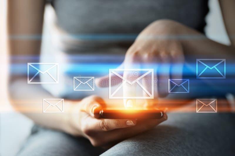 Concepto en línea de la red de la tecnología de Internet del negocio de la charla de la comunicación del correo del correo electr fotos de archivo