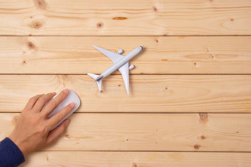Concepto en línea de la reservación del viaje Modelo del aeroplano y ratón del ordenador fotos de archivo libres de regalías