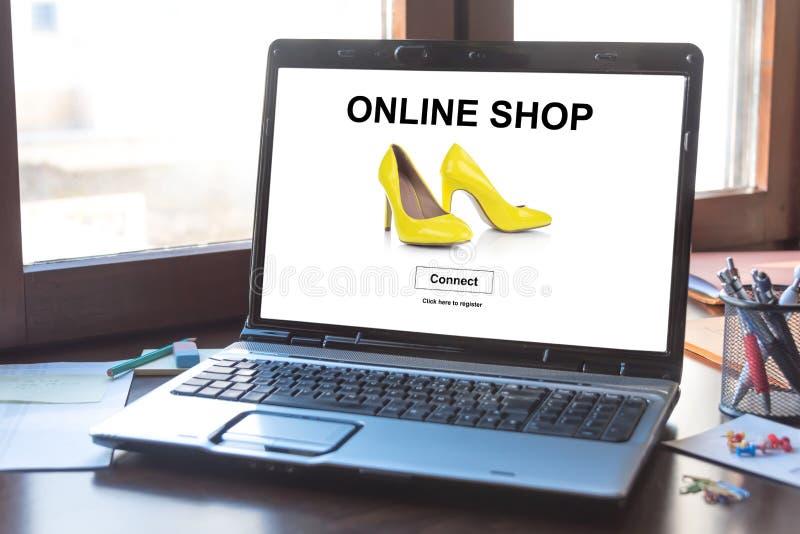 Concepto en línea de la tienda en una pantalla del ordenador portátil fotos de archivo