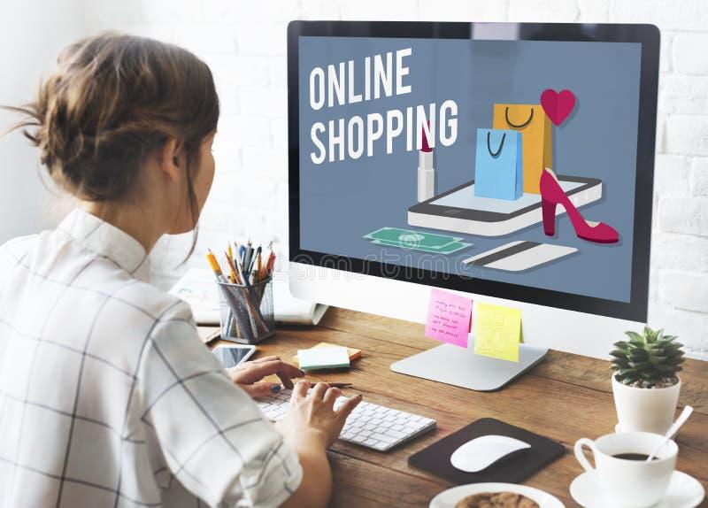Concepto en línea de las E-compras del comercio electrónico de Shopaholics que hace compras fotografía de archivo