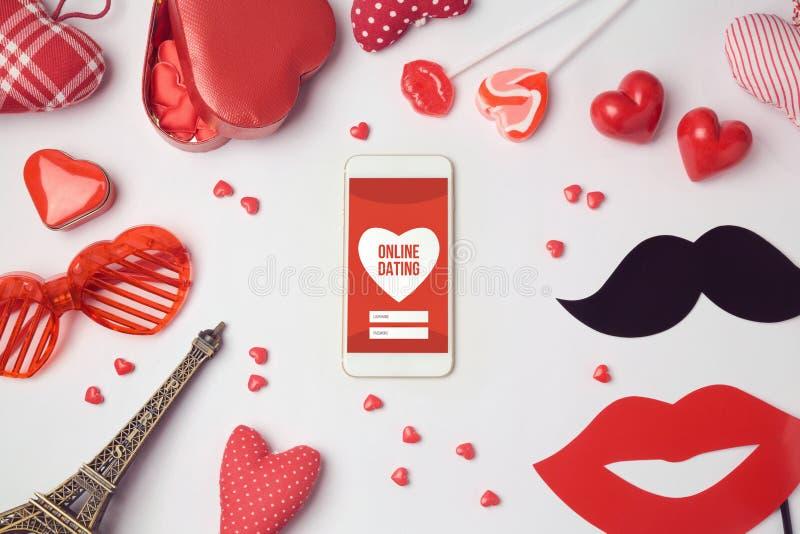 Concepto en línea del app que fecha con smartphone Celebración romántica del día del ` s de la tarjeta del día de San Valentín imágenes de archivo libres de regalías
