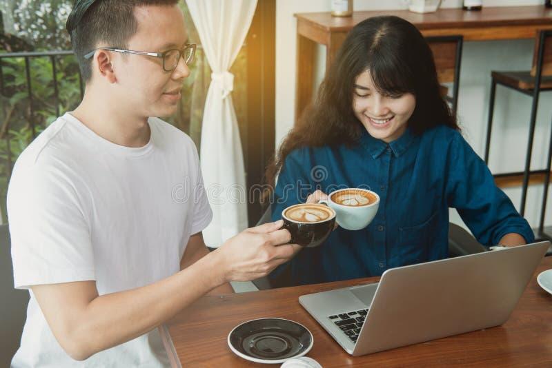 Concepto en línea del negocio Amigos asiáticos que hacen frente y que se divierten en foto de archivo