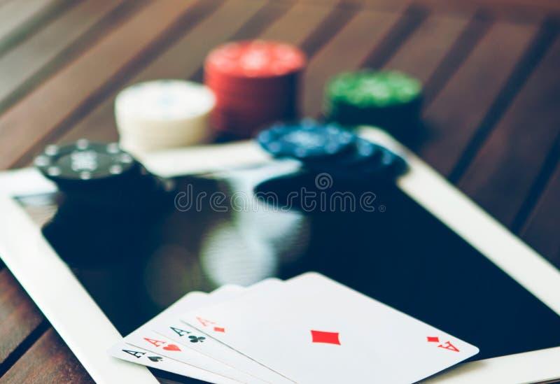 Concepto en línea del póker Dinero de la apuesta y del triunfo que juega en Internet fotos de archivo