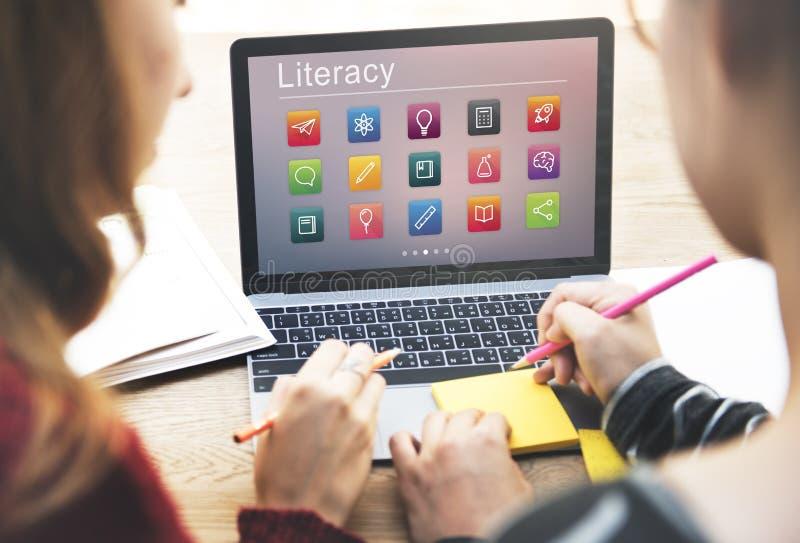 Concepto en línea del uso de la educación del aprendizaje electrónico imágenes de archivo libres de regalías