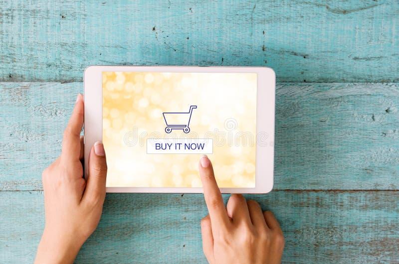 Concepto en línea que hace compras Manos de la mujer del primer que tocan en digita imágenes de archivo libres de regalías