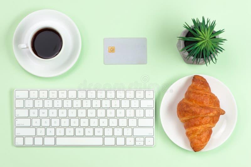 Concepto en l?nea de las compras Teclado de ordenador, tarjeta de crédito y café con el espacio de la copia fotos de archivo