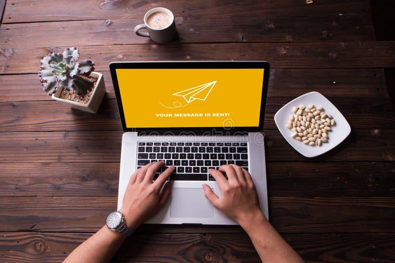 Concepto enviado del papel del cohete del mensaje en el ordenador portátil de la pantalla imagen de archivo libre de regalías