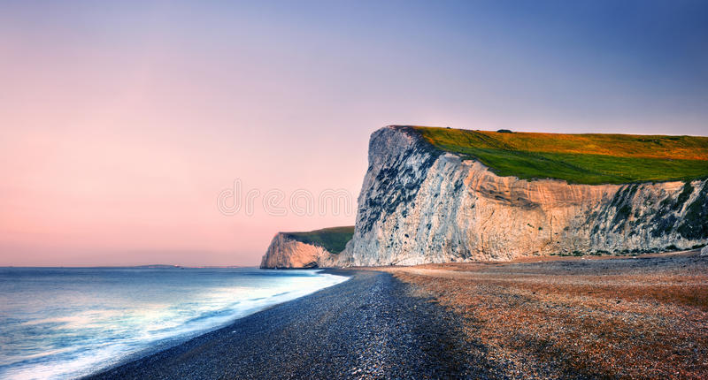Concepto escénico de la naturaleza del mar de la puesta del sol de la costa costa de la puerta de Durdle imagen de archivo libre de regalías