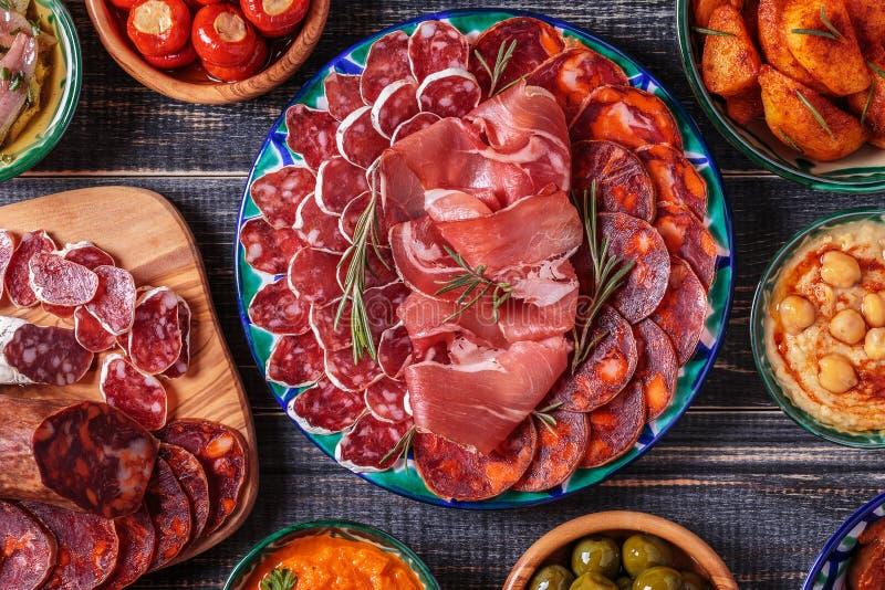 Concepto español típico de los tapas, estilo rústico, visión superior imagenes de archivo