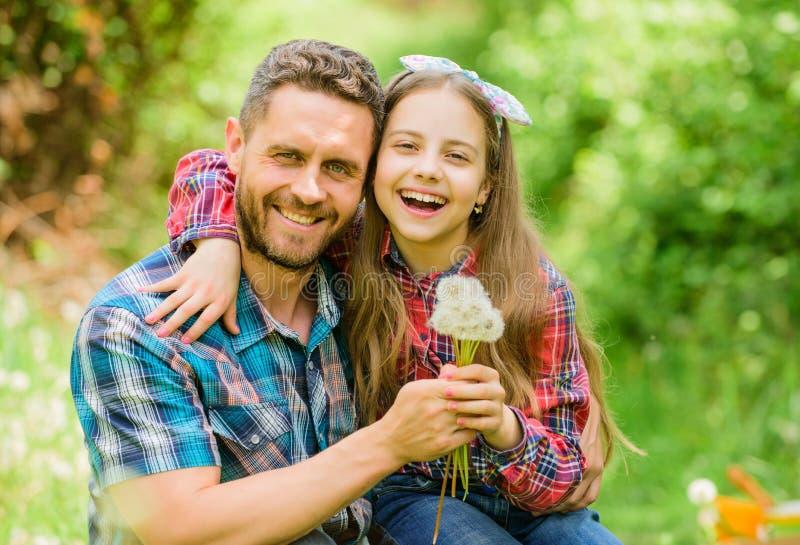 Concepto estacional de las alergias Pase las alergias Vacaciones de familia felices El padre y la ni?a disfrutan de verano Pap? y foto de archivo