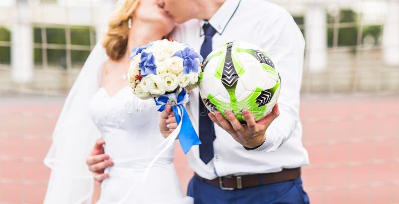 Concepto europeo del campeonato del balompié Pares de la boda en el estadio de fútbol imagen de archivo