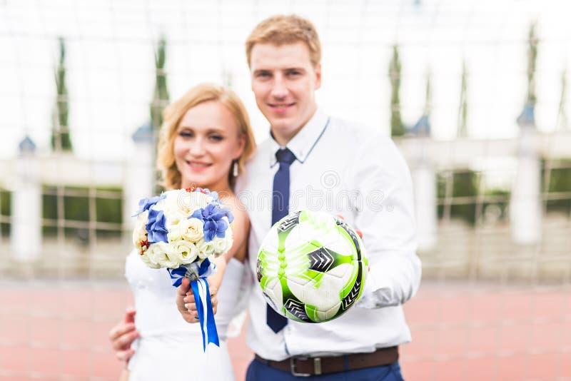 Concepto europeo del campeonato del balompié Pares de la boda en el estadio de fútbol fotos de archivo libres de regalías