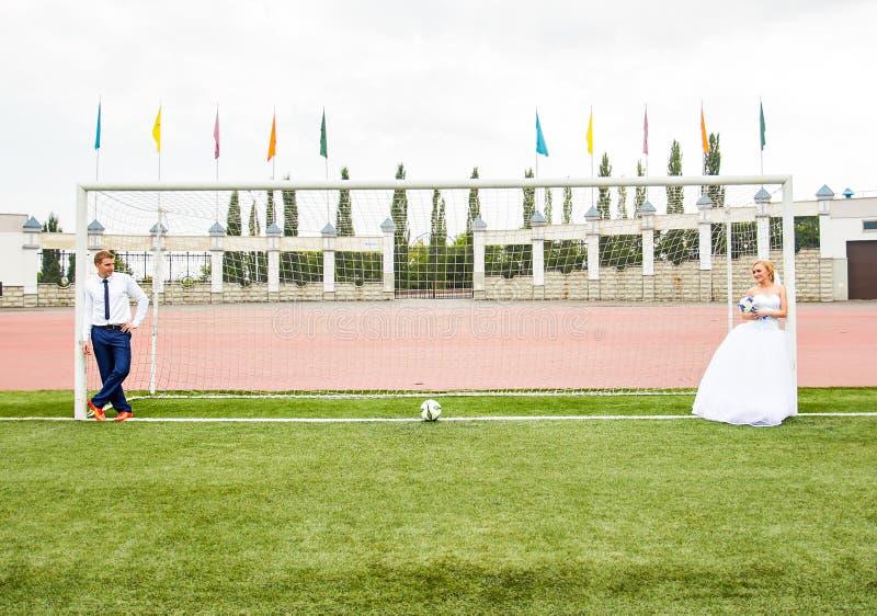 Concepto europeo del campeonato del balompié Pares de la boda en el estadio de fútbol fotografía de archivo