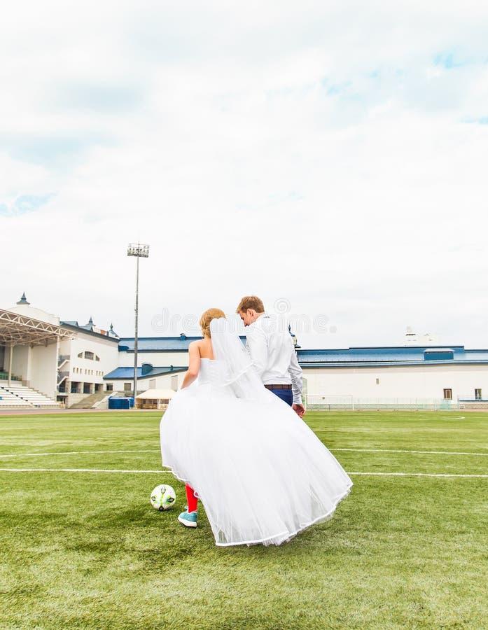Concepto europeo del campeonato del balompié Pares de la boda en el estadio de fútbol fotografía de archivo libre de regalías