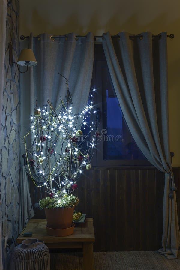 Concepto extraño de árbol de navidad imagenes de archivo