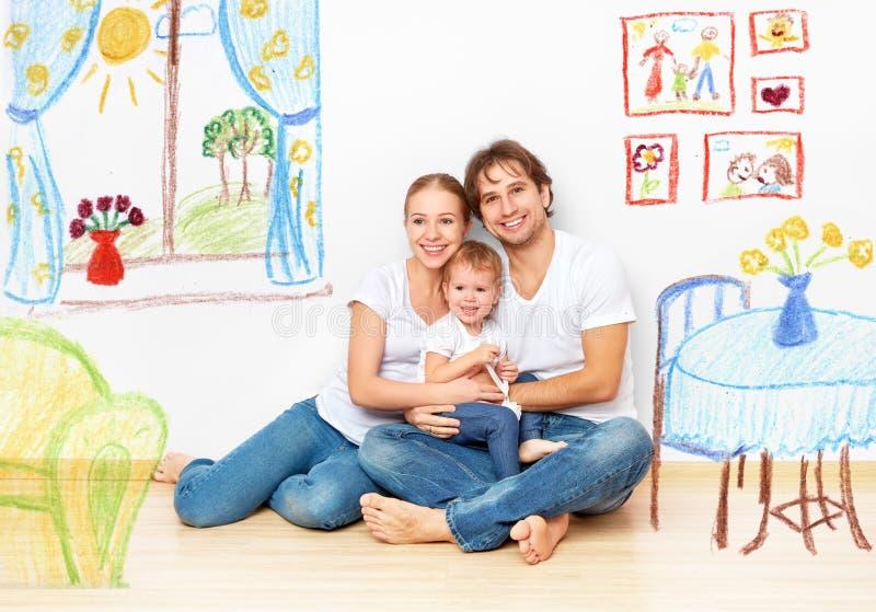 Concepto: familia joven feliz en nuevos sueño y plan del apartamento adentro imagen de archivo libre de regalías