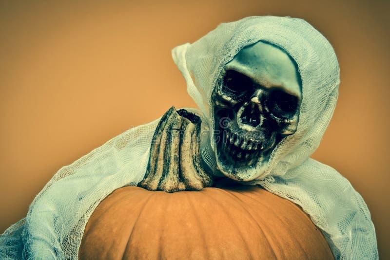 Concepto fantasmagórico de Halloween Esqueleto asustadizo que abraza la calabaza de la linterna de Jack o contexto de Halloween fotos de archivo libres de regalías