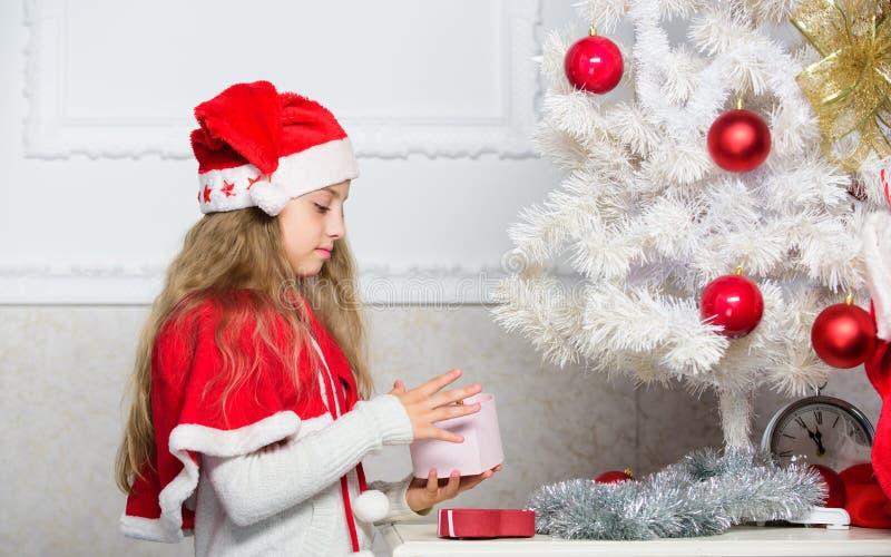 Concepto feliz de la celebración Tradición de las vacaciones de invierno Niño con el regalo de Navidad Los niños de la razón aman fotos de archivo libres de regalías