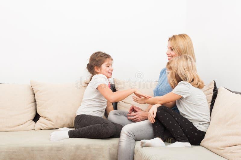 Concepto feliz de la forma de vida con la madre y las hijas jovenes foto de archivo libre de regalías