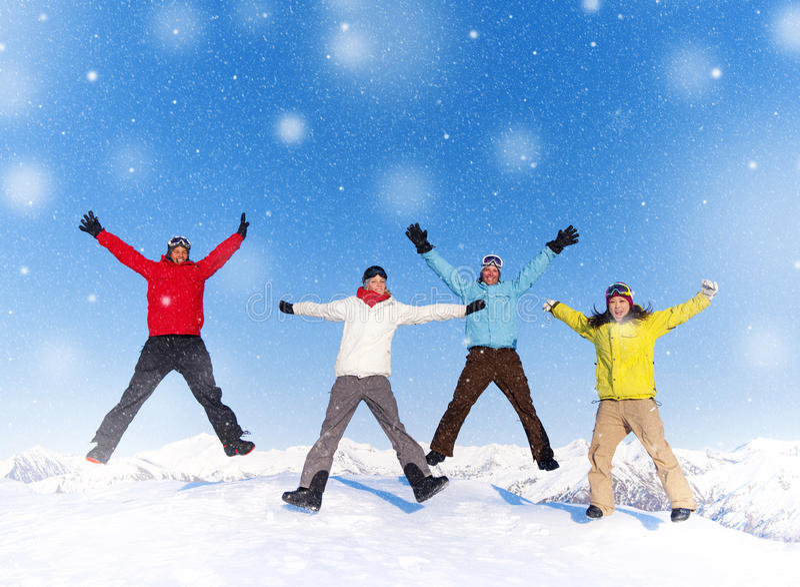 Concepto feliz de las vacaciones de la nieve del invierno de la gente joven fotografía de archivo libre de regalías