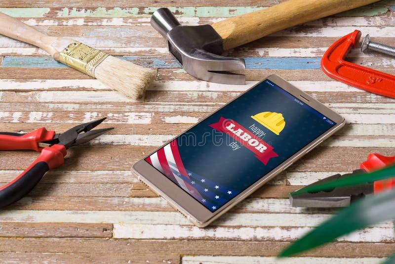 Concepto feliz del fondo del D?a del Trabajo Teléfono móvil puesto plano con día de fiesta feliz de los E.E.U.U. del Día del Trab fotos de archivo libres de regalías