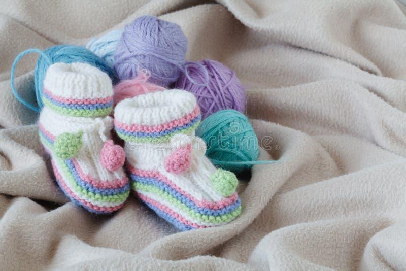 Concepto feliz del parenting Zapatos de Bewborn en fondo suave foto de archivo libre de regalías