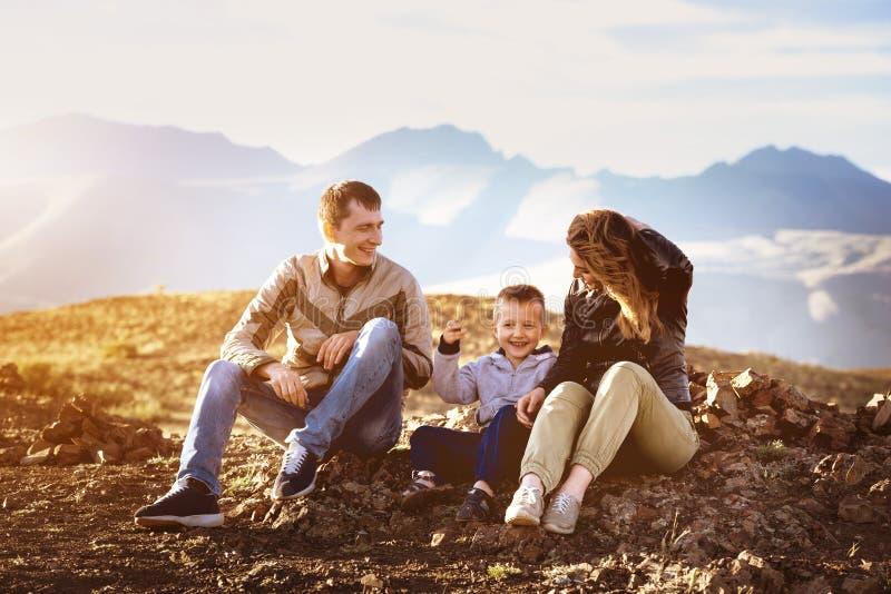 Concepto feliz del viaje del área de montañas de la puesta del sol de la familia fotos de archivo