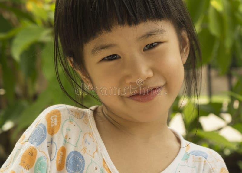 Concepto feliz joven lindo del retrato de la alegría de la sonrisa de la muchacha asiática imagen de archivo