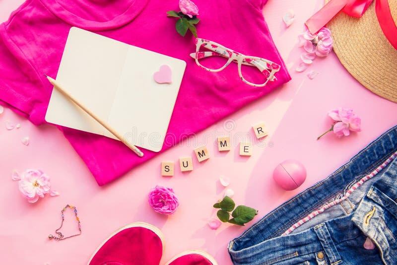 Concepto femenino del planeamiento para la ropa y los accesorios del viaje del verano Estilo de la moda - la camiseta, dril de al imágenes de archivo libres de regalías