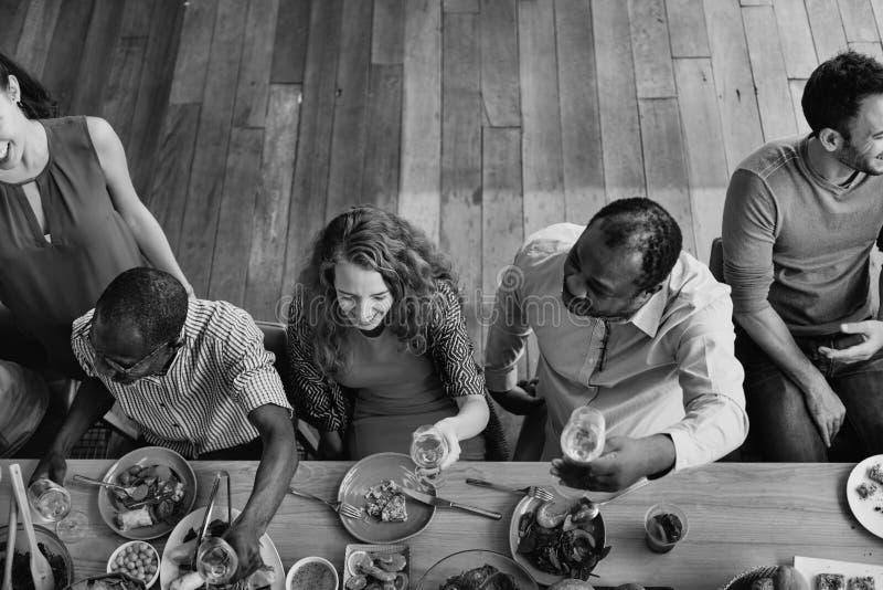 Concepto festivo de la unidad del partido del restaurante de la comida fotos de archivo libres de regalías