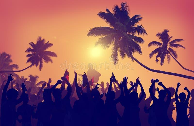 Concepto festivo del baile del concierto de los fan de música del verano de la adolescencia fotografía de archivo libre de regalías