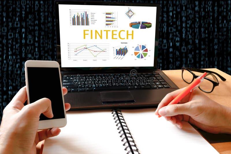 Concepto financiero de la tecnología de Internet de la inversión de Fintech Hombre wo imagen de archivo libre de regalías