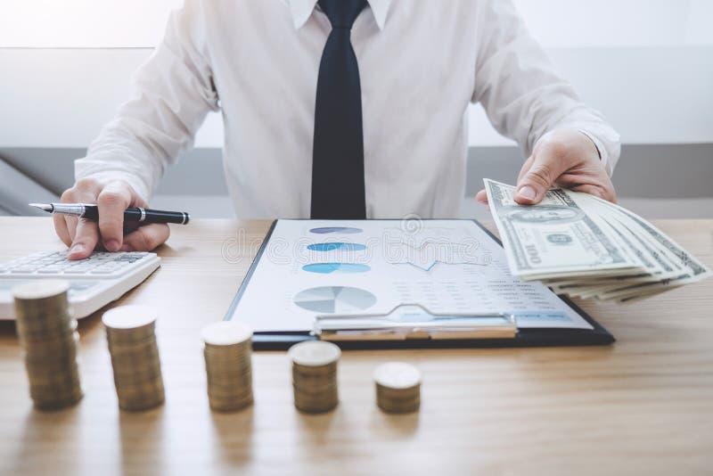 Concepto financiero de las actividades bancarias de la contabilidad del negocio, hombre de negocios que hace finanzas y calcular  foto de archivo libre de regalías
