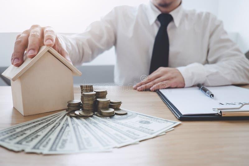 Concepto financiero de las actividades bancarias de la contabilidad del negocio, hombre de negocios que hace finanzas y calcular  imágenes de archivo libres de regalías