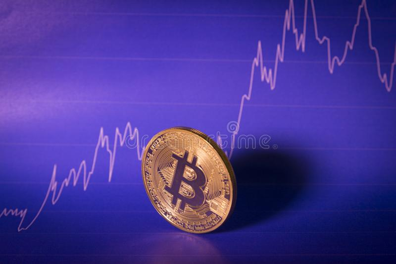 Concepto financiero del crecimiento con Bitcoins de oro en fondo de la carta imagenes de archivo
