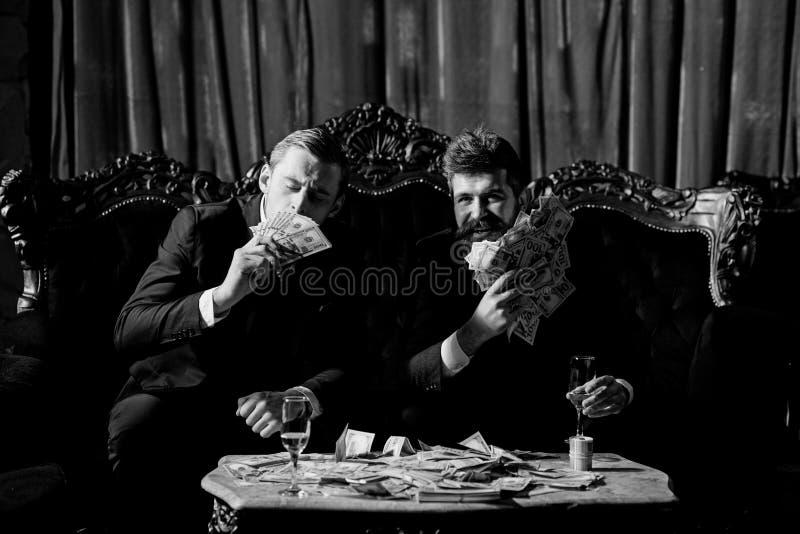 Concepto financiero del logro de la libertad Hombres jovenes felices, fotografía de archivo
