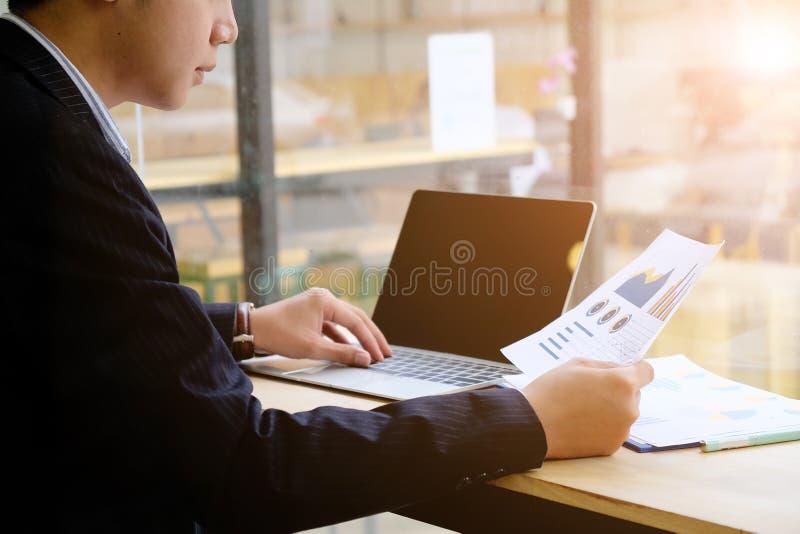 Concepto financiero del negocio, datos de las hojas de cálculo, funcionamiento de la declaración de renta de la investigación del fotos de archivo