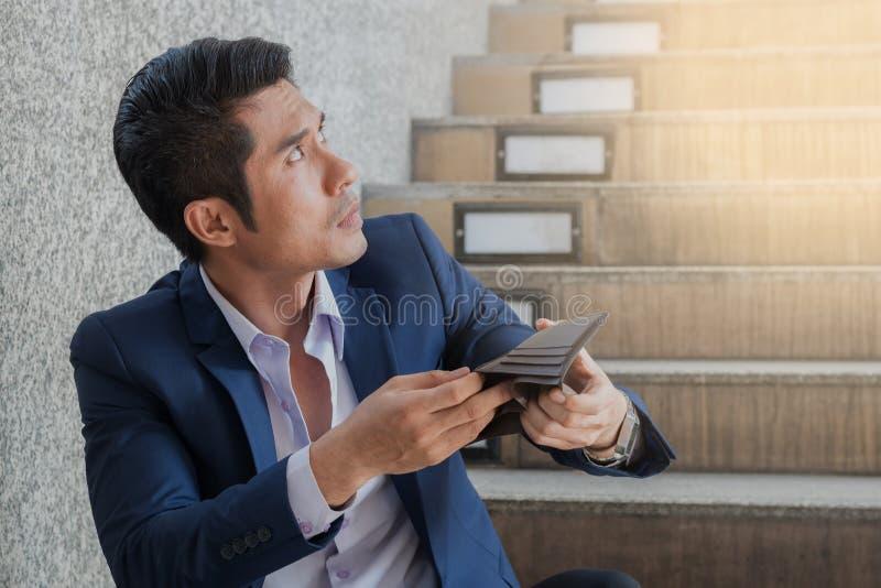Concepto financiero del negocio: holdin pobre triste del hombre de negocios del problema fotos de archivo libres de regalías