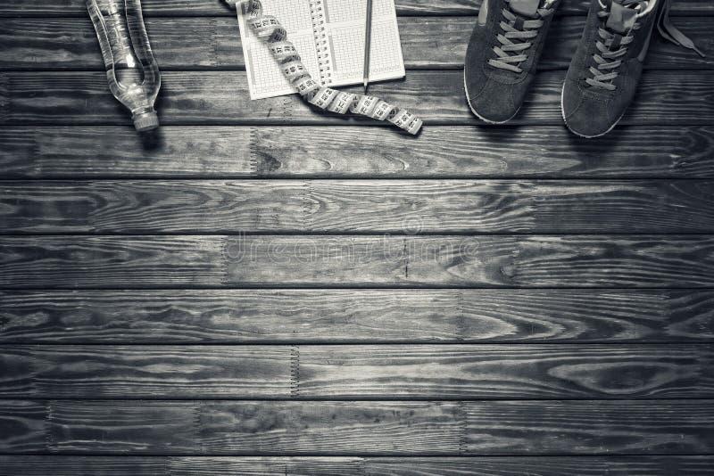 concepto: forma de vida sana, corriendo concepto: forma de vida sana, corriendo Zapatillas deportivas azules con los accesorios d imágenes de archivo libres de regalías
