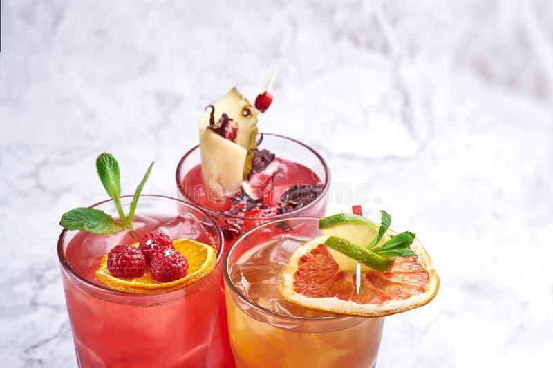 Concepto fresco de los c?cteles del verano bebidas anaranjadas y rojas del alcohol cerca para arriba Copie el espacio imagen de archivo