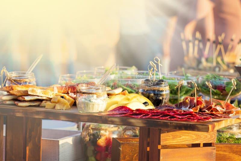 Concepto gastrónomo culinario de abastecimiento del partido de buffet de la cocina de la comida en el día soleado fotografía de archivo libre de regalías