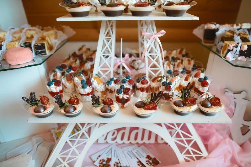 Concepto gastrónomo culinario del partido de comida fría de la cocina del abastecimiento de la comida tortas del postre de la var foto de archivo