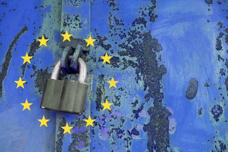 Concepto general de la regulación de la protección de datos Candado en meta azul imagen de archivo