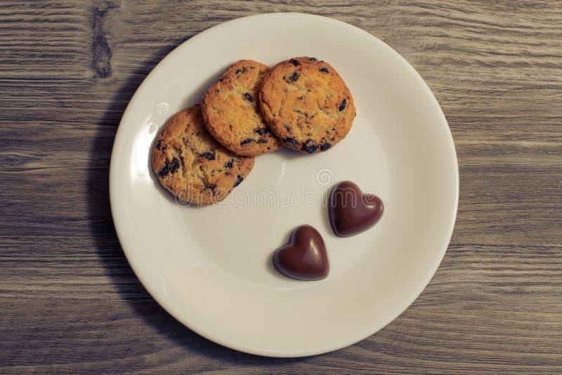 Concepto hecho en casa del bocado del desayuno de la fecha del chocolate del actual caramelo precioso romántico del regalo de la  imagenes de archivo