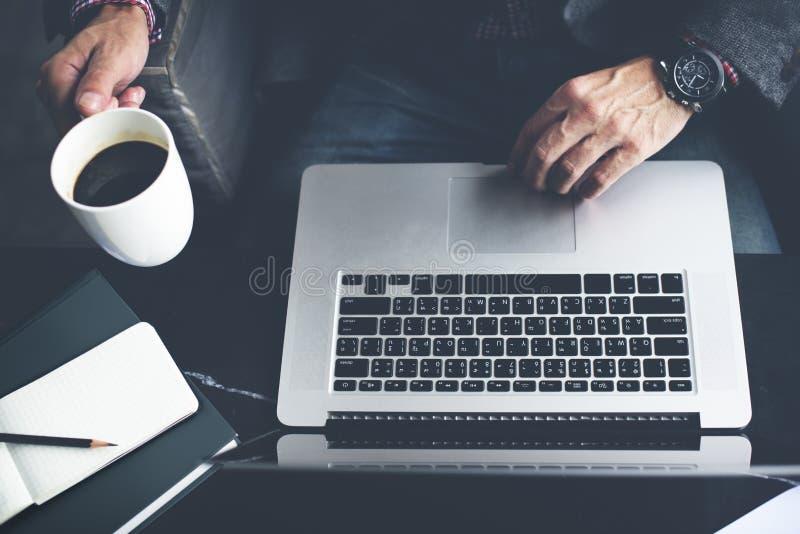 Concepto hombre-ordenador del café del café del ordenador portátil fotografía de archivo libre de regalías
